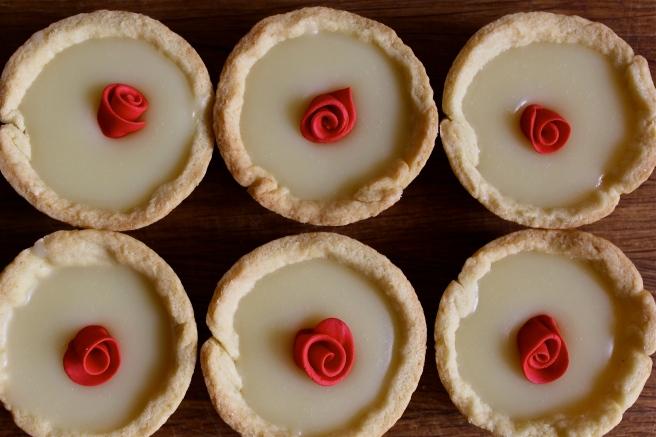 Red roses tartlets