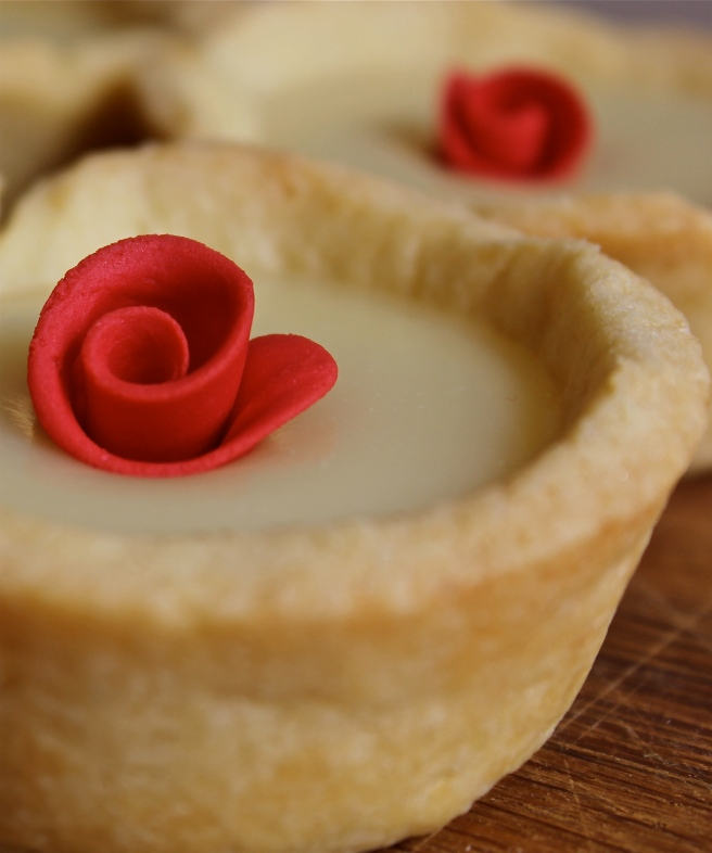 Red roses tartlets